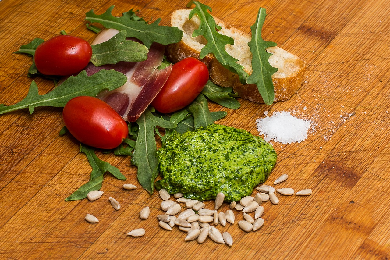 <strong>Arugula</strong> <hr> Bitter. Eat in salads, mix into sandwiches, topping for pizza.
