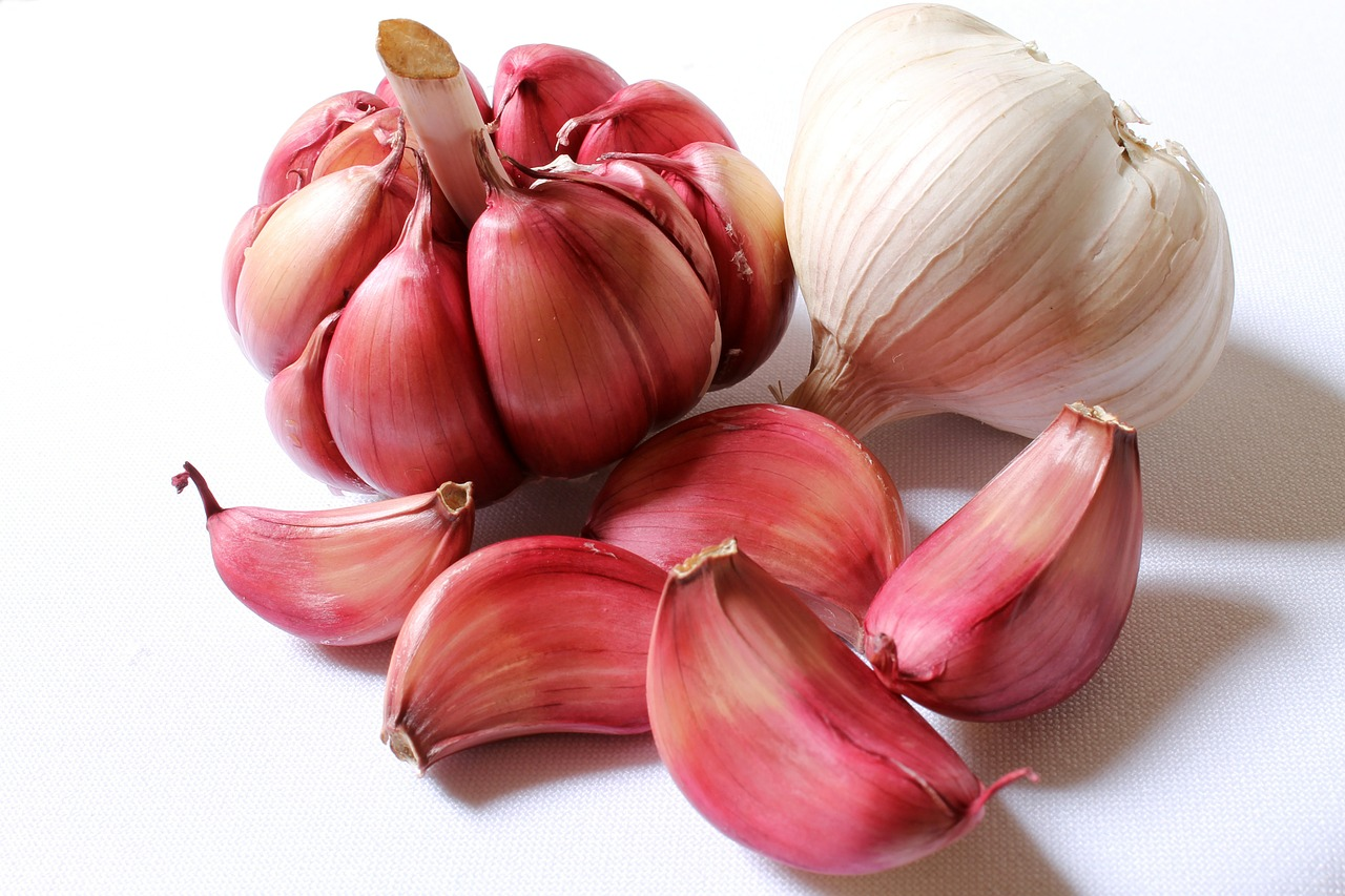 <strong>Garlic</strong> <hr> Promotes healthy gut bacteria, digestion, and is antibacterial.