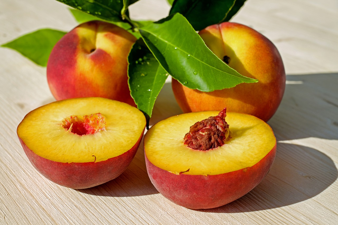 <strong>Peaches</strong> <hr> White, red.