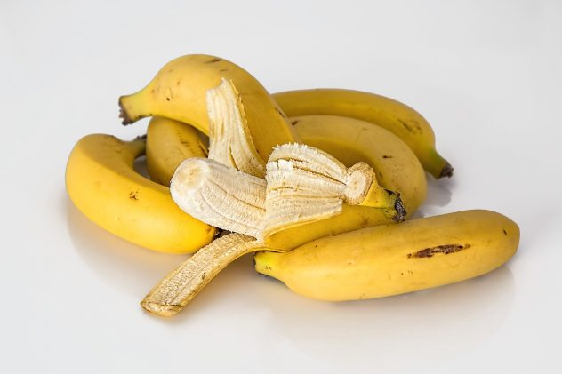 <strong>Plantain</strong> <hr> Dehydrate to make raw chips.